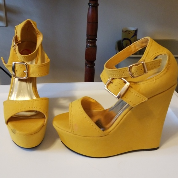 Red Circle Shoes Mustard Yellow Wedge Sandal 55 Never